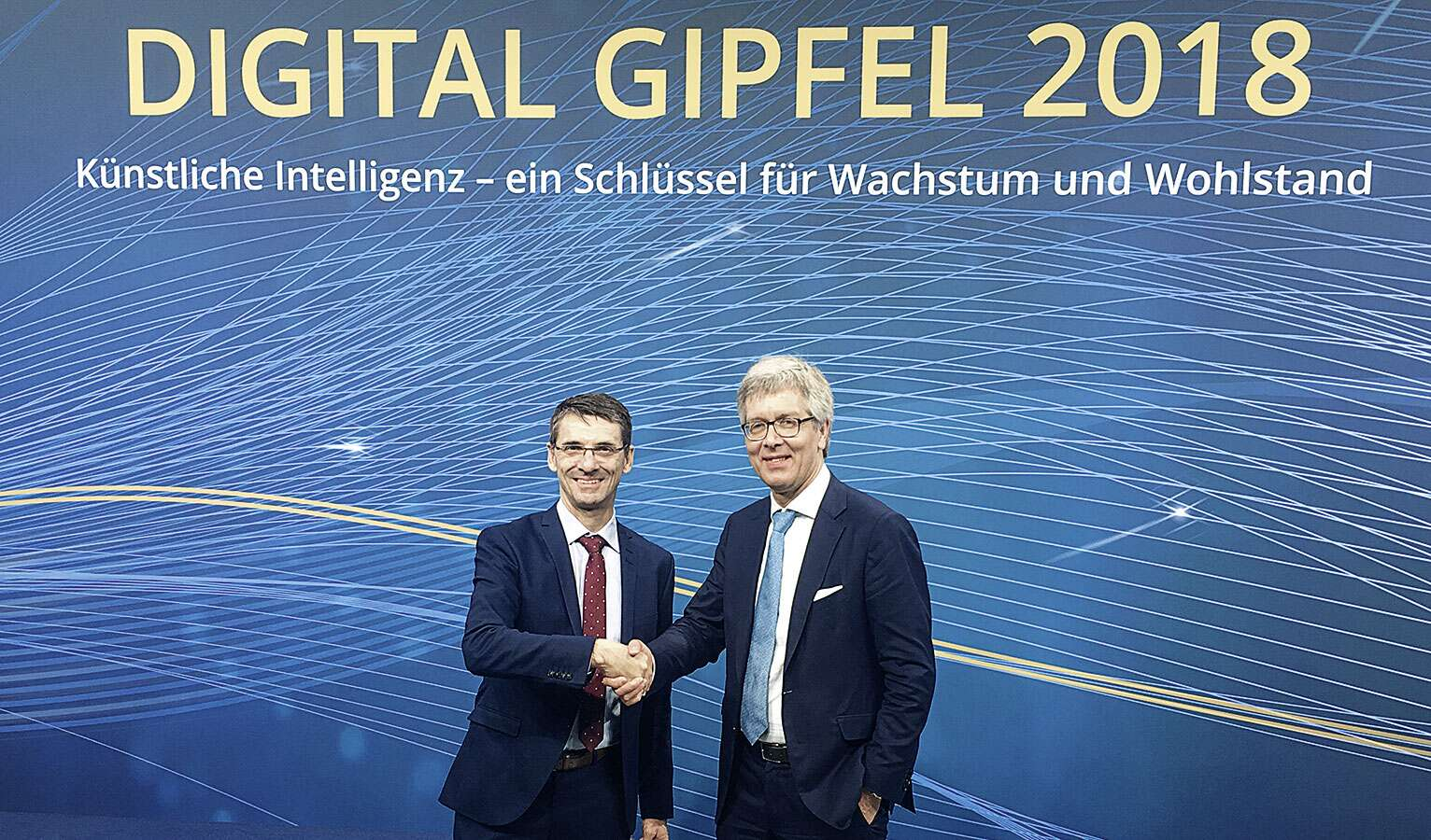 Handover: Bernd Leukert from SAP (left) hands over management of the Industry 4.0 platform to Festo CEO Dr. Frank Melzer (right)