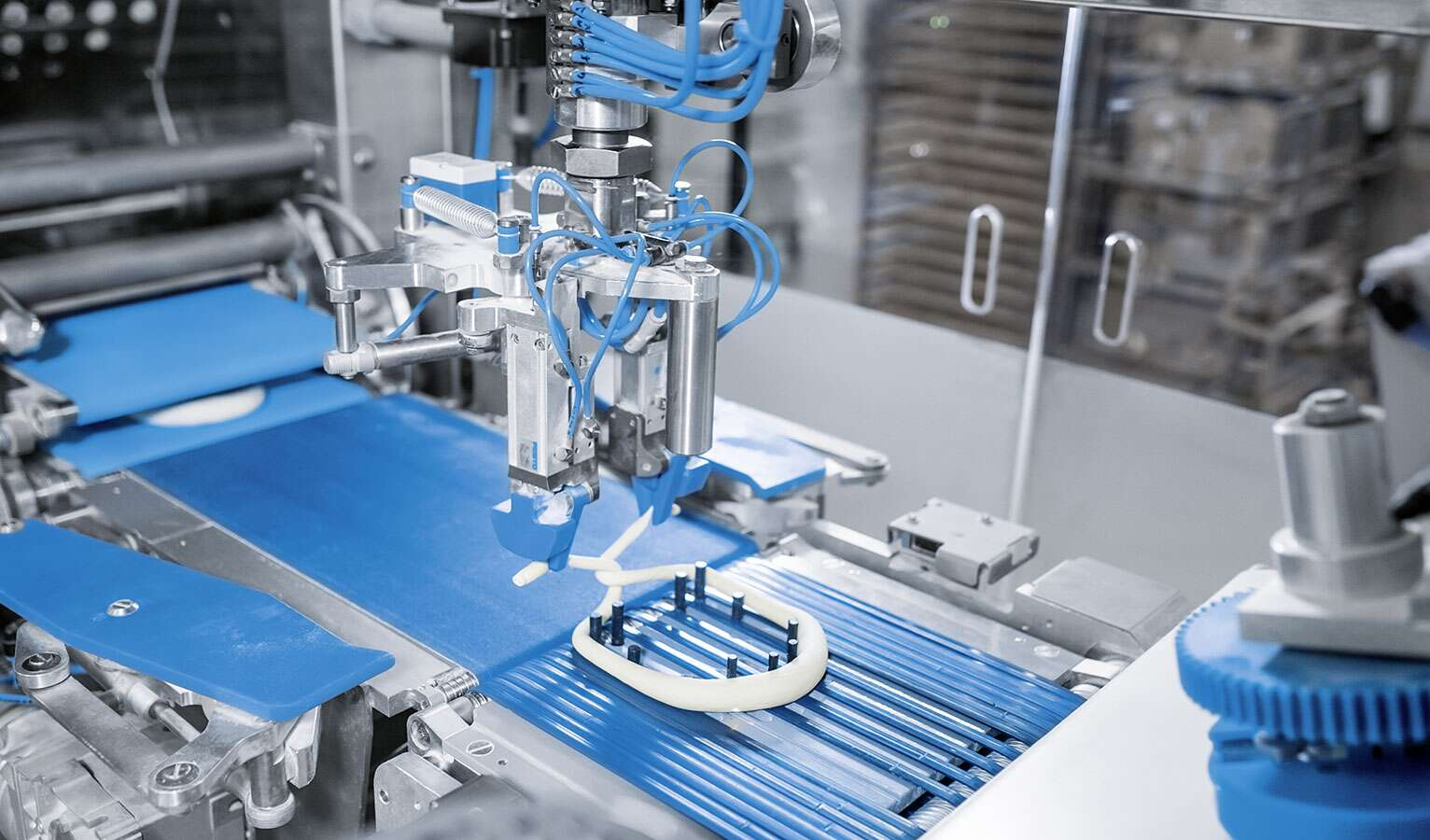From compressed air preparation to actuator and gripping technology: this pretzel-twisting machine contains a great deal of Festo know-how.