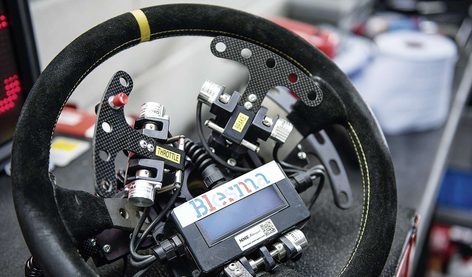 The specially adapted steering wheel can be removed easily if necessary and replaced with a normal one – which allows the racing car to be flexibly adapted for drivers with and without handicaps.