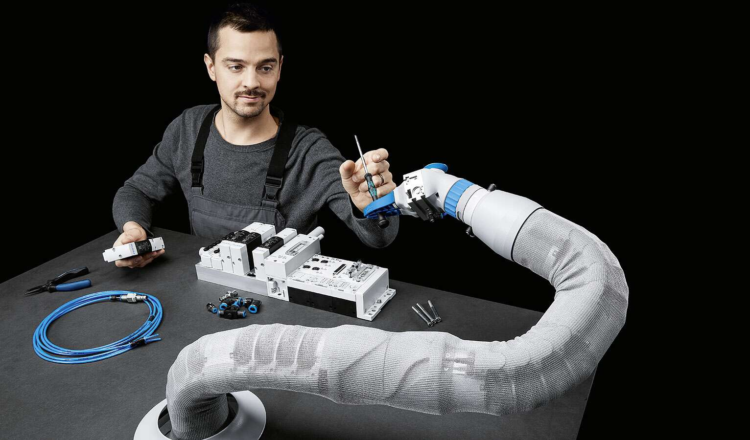 Human and robot work hand in hand – the BionicSoftArm makes it possible.