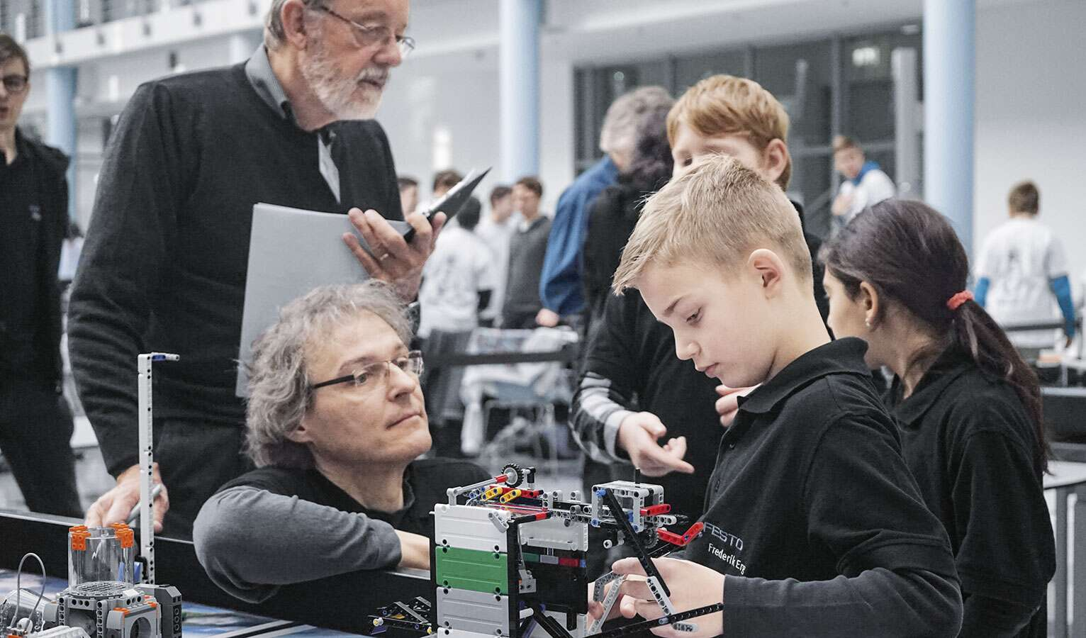 The children and young people worked on a common task like real engineers. For example, they programmed a fully automatic robot based on the LEGO® Mindstorms system.