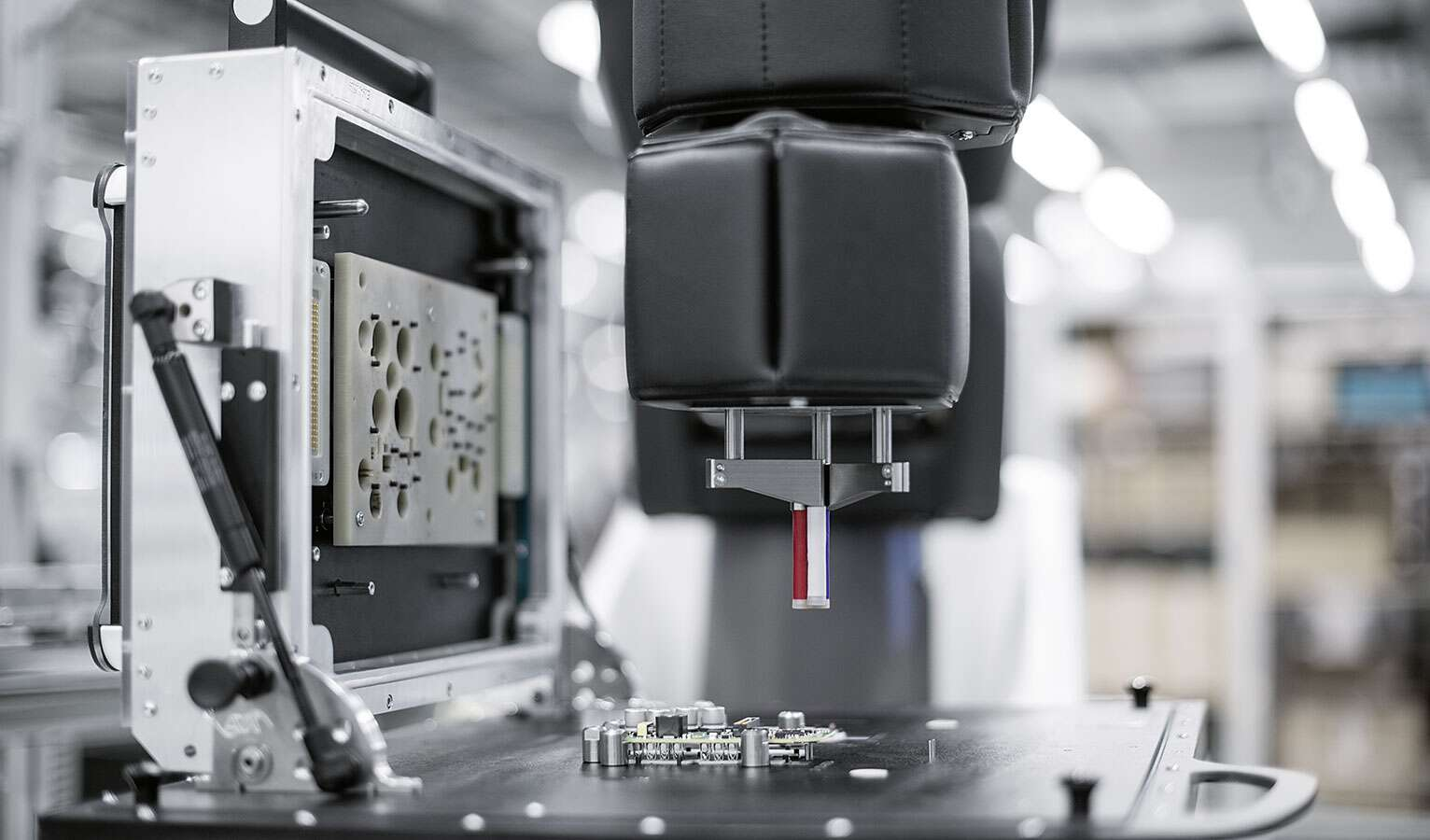 An APAS robot from Bosch supports employees at the Scharnhausen Technology Plant in the quality inspection of printed circuit boards.