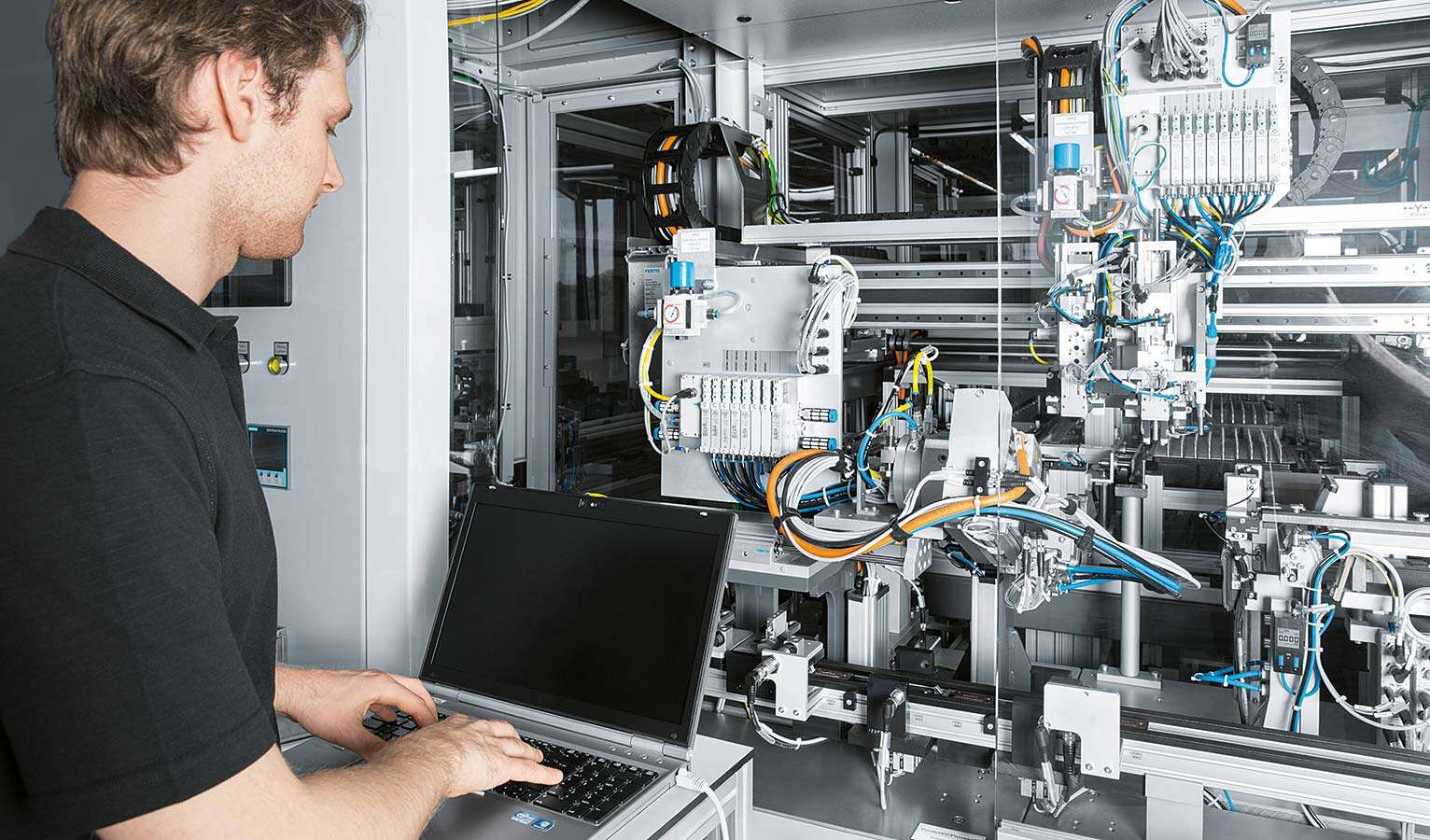 Energy-efficient facilities increase productivity, reduce costs and conserve resources – and are therefore becoming increasingly important for operators. Many customers require systematic support here. For Festo, this is an important future field.