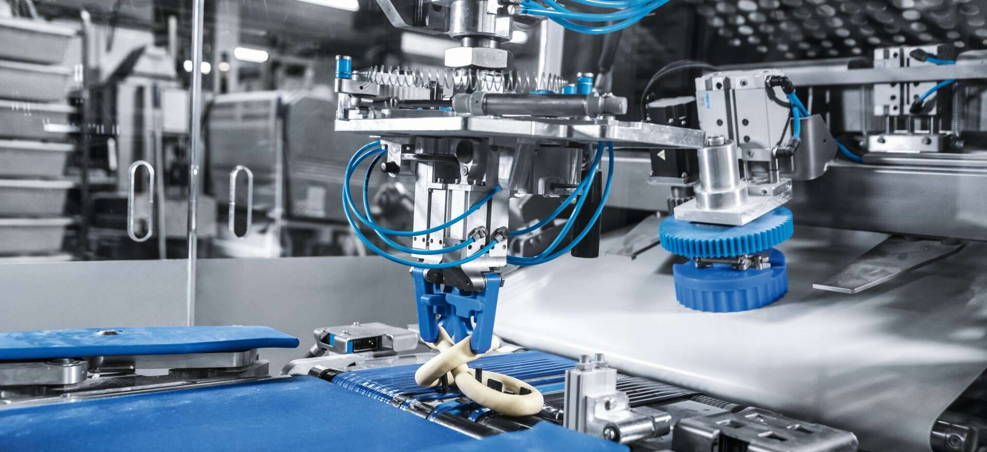 Pretzel twisting machine for automating the bakery industry