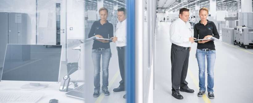 Industry 4.0 technologies: a worker talks to colleagues in the production hall