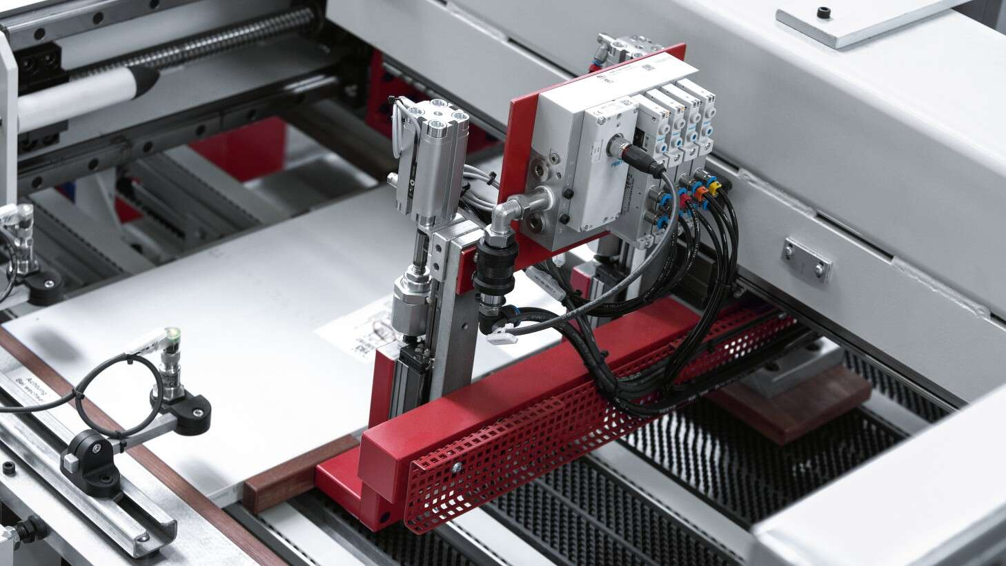 Secure holding and clamping for further processing