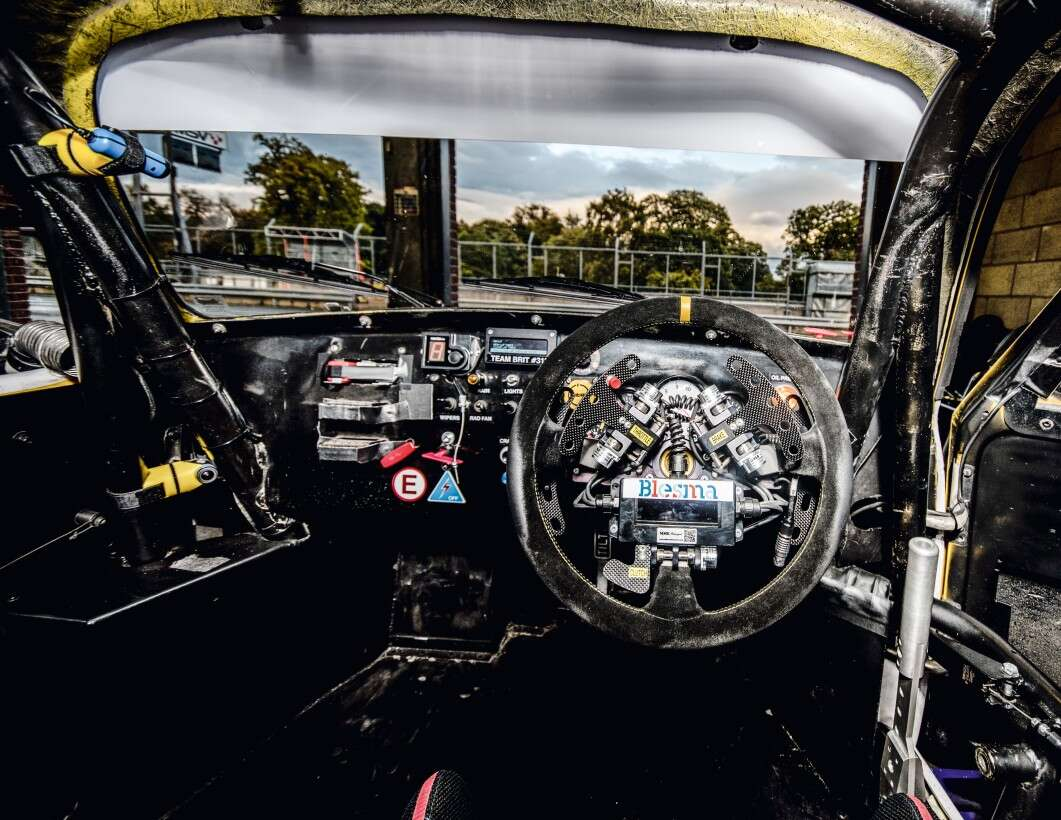 Flexible control system in the racing car: cockpit
