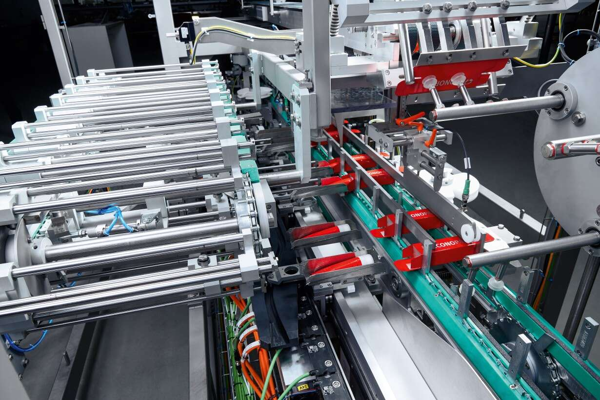 Synchronous movement increases productivity: The tubes are inserted into the cardboard boxes with completely synchronous movement of the carrier and the pusher assembly.