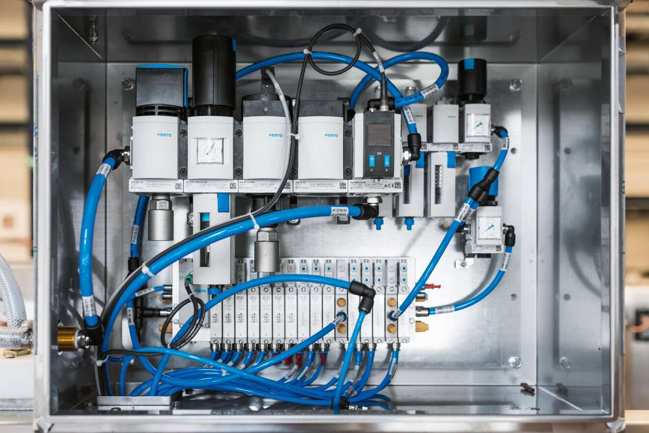 Valve manifold VTUG with IO-Link® and MS series air preparation with fine, ultrafine, and activated carbon food filters in the control cabinet.