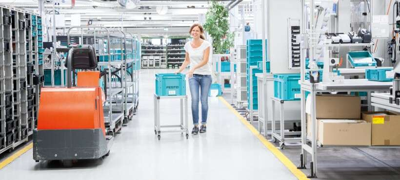 Industry 4.0 technologies: a worker in a logistics warehouse