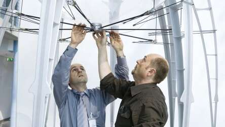 Festo AirJelly: the central electric drive with crank mechanism moves the eight tentacles: