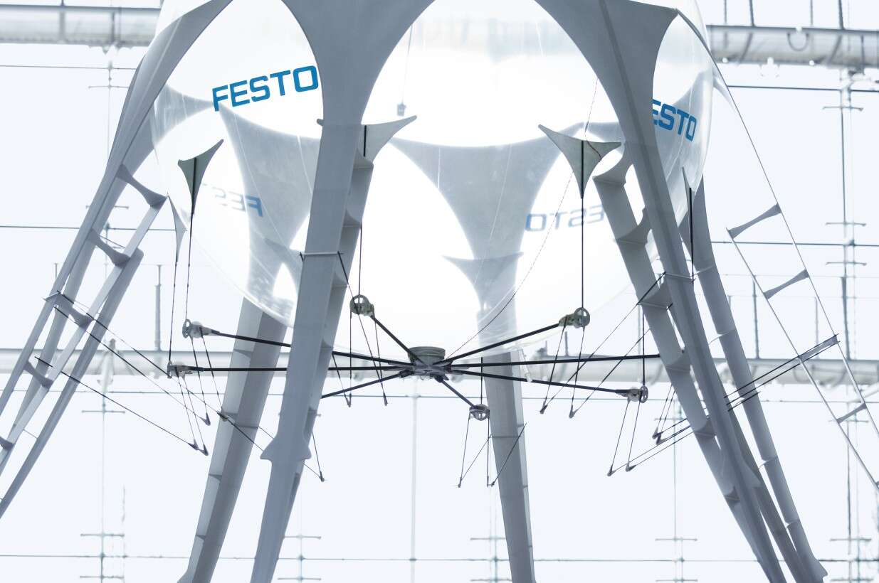Festo AirJelly: the eight tentacles with Fin Ray Effect® implement the recoil movements