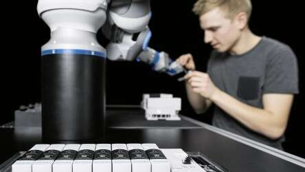 Festo BionicCobot: innovative valve technology with the integrated Festo Motion Terminal VTEM for controlling the kinematics