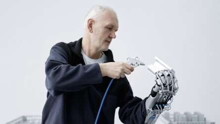 Festo ExoHand to strengthen endurance: protection against fatigue in monotonous hand movements