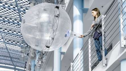 Festo FreeMotionHandling: freely orientable gripper sphere for pick-up, transport and delivery in a wide variety of positions