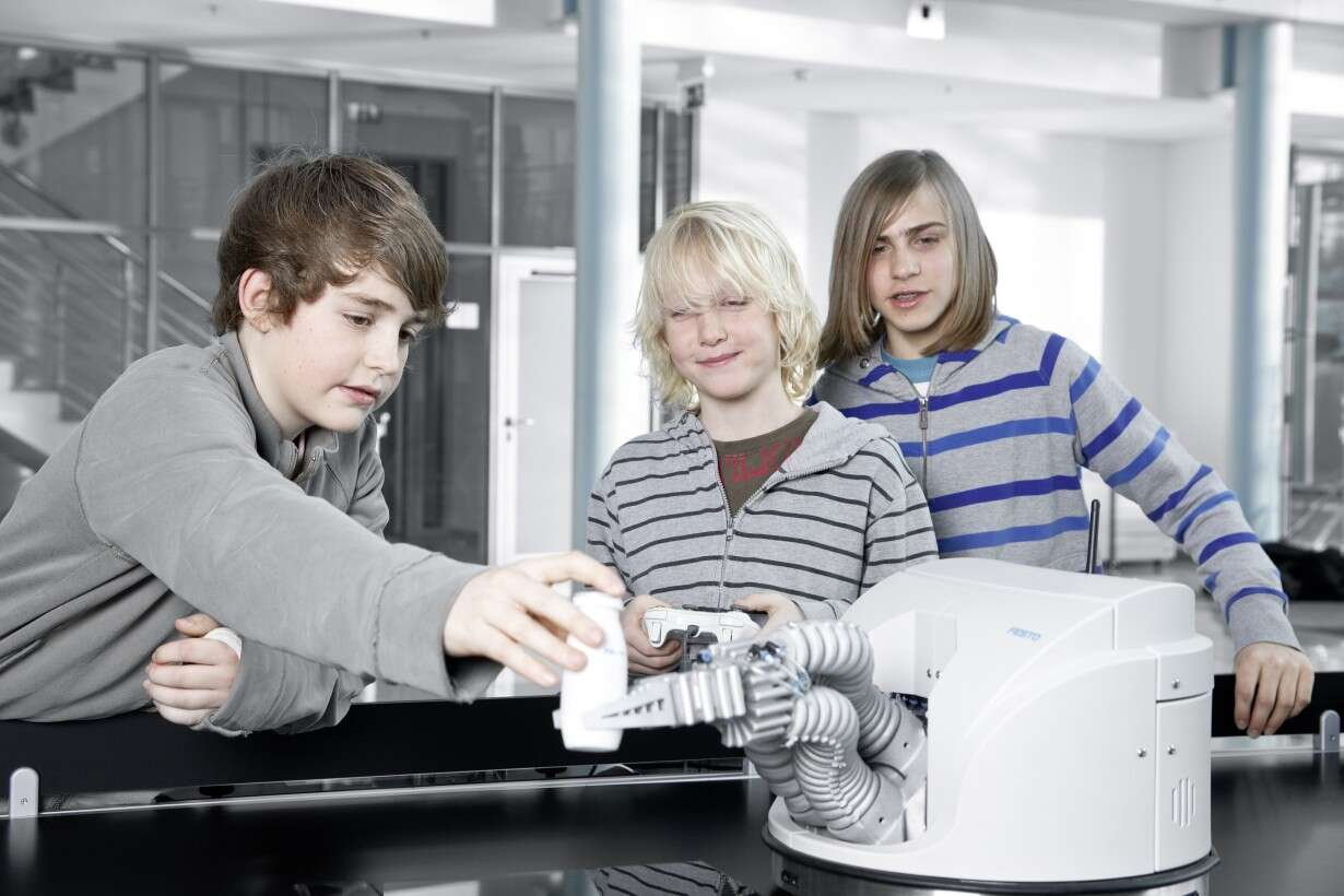 Festo Robotino® XT: the Robotino® learning system, supplemented by the Bionic Handling Assistant