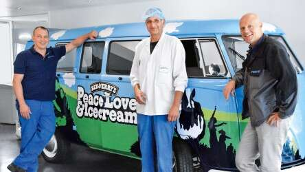 Cutting compressed air consumption: Ben & Jerry's and Festo's employees in front of an ice cream cart