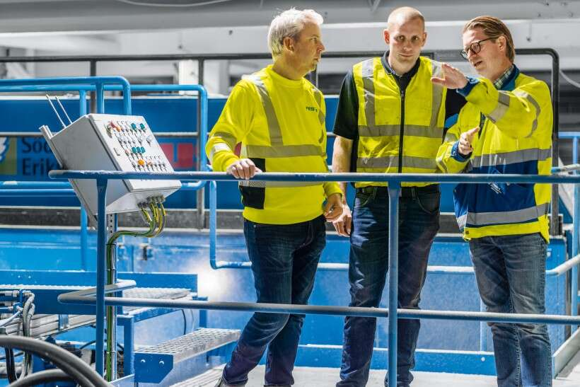 Advising on future plans to make the band saw line even more productive: Johan Fredriksson, Project Manager for the band saw line at Norra Timber (right), Jonas Ljung, Design Manager at USNR (centre) and (A) Kristian Lütz, Industrial Sector Manager at Festo.