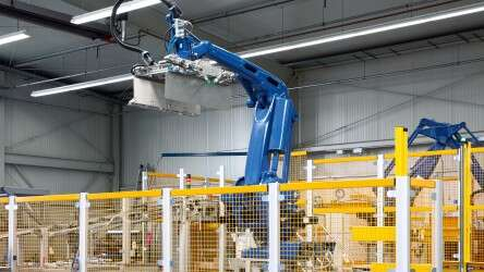 Optimal use of space: The palletizing system forms the end of a highly automated packaging line.