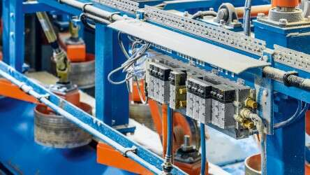 Extremely robust in the dust of the sawmill: the flexible function terminal CPX/VTSA with different fieldbus modules from PROFINET to EtherNet/IP and from Modbus® to DeviceNet®.