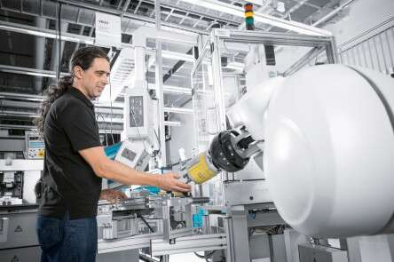 An employee works with the assembly robot in an intuitive and safe manner.